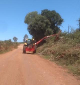 Administração Municipal realiza serviço de roçada nas estradas do interior