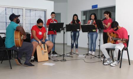 Orquestra realiza apresentação no Centro Administrativo